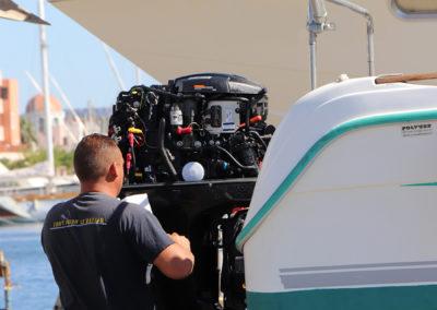 mécanicien tout pour le bateau devant un moteur