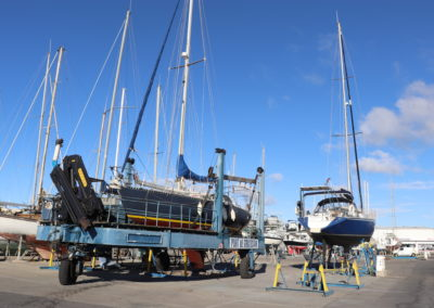pose d'un voilier dans le port à sec de tout pour le bateau