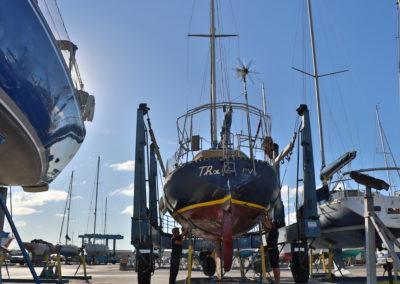 pose d'un voilier sur les cales par les équipes de tout pour le bateau
