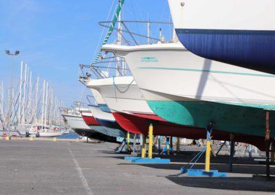 bateau de toute les couleurs alignés sur le port à sec de tout pour le bateau
